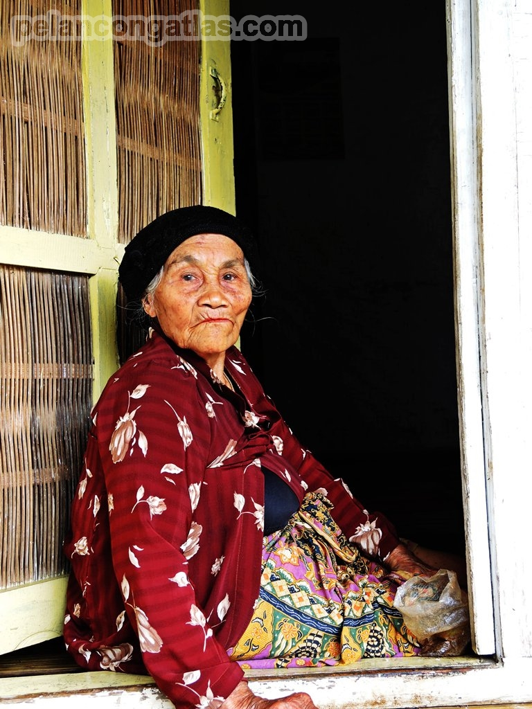 Si Nenek... Warga Kampung Adat Pulo