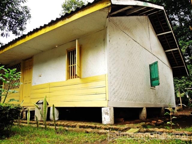 Rumah di Kampung Adat Pulo. Jumlahnya tidak boleh kurang dan tidak boleh lebih.