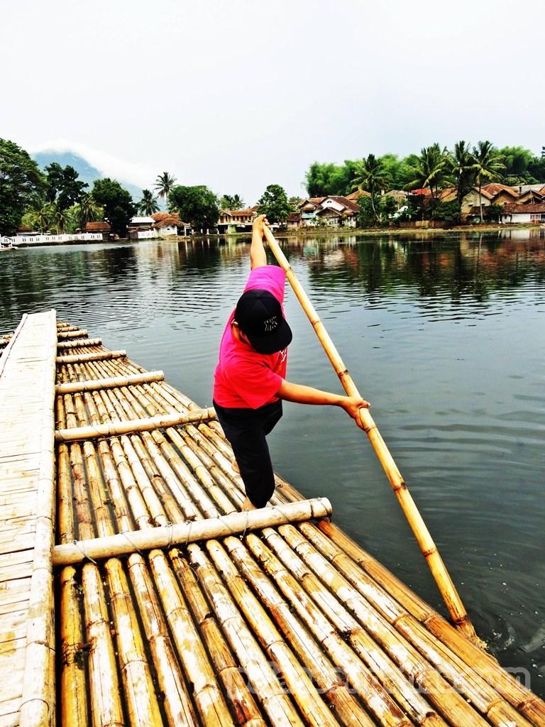 Rakit digerakkan dengan bambu panjang yang di dorong ke dasar Situ.