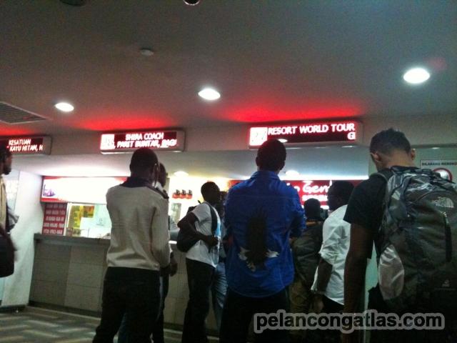 Mengantri di loket Go Genting, Terminal Bas Pudu Raya