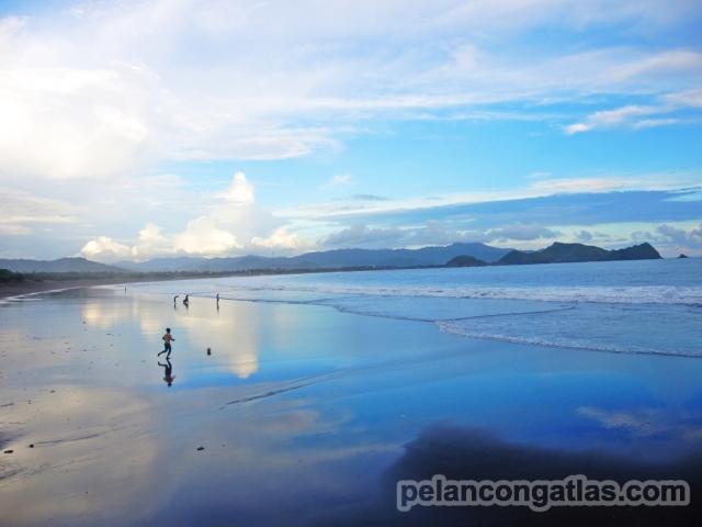 Anak bermain bola di Pantai Watu Ulo
