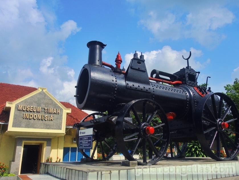Lokomotif di halaman Museum Timah