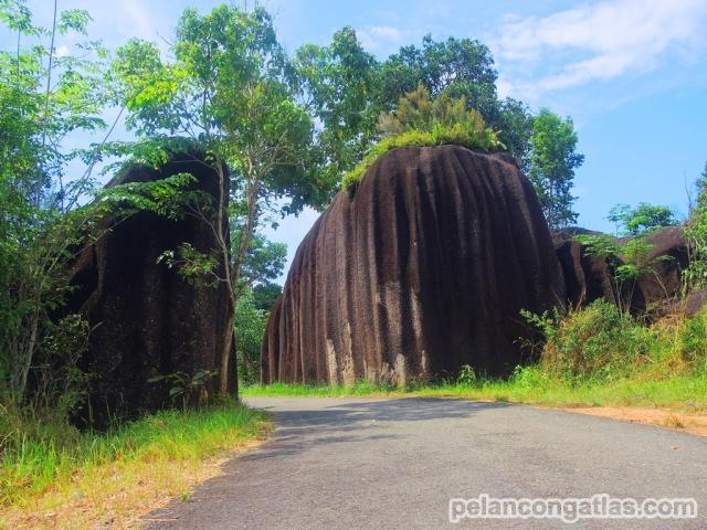Batu kembar sebagai penanda gerbang masuk Pantai Romodong