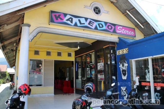 Di depan restoran ada toko yang menjual baju-baju band dan baju bertemakan Palu.