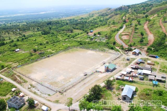 Lapangan sepakbola sebagai tempat landing.