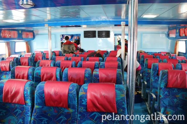 Interior di dalam Kapal Chantika Express. Ada life vest lengkap tuh.