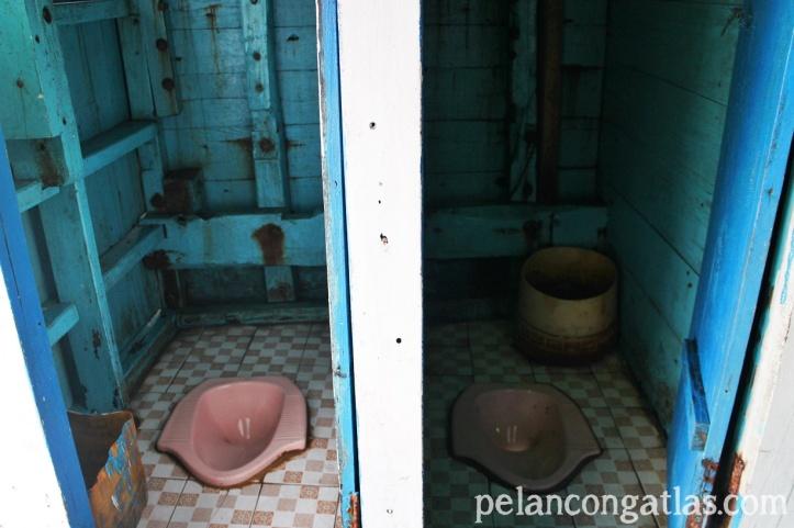 Kamar mandi di kapal