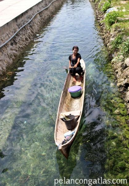 Perempuan Suku Bajo naik TS ke warung