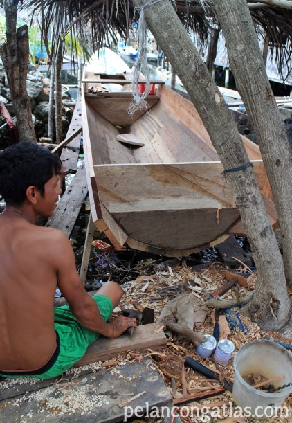 Pria Suku Bajo membuat perahu. Perahu itu yang digunakan sampai ke mancanegara.